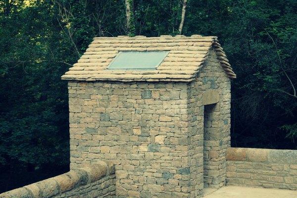 toilettes sèches en pierres en lozère