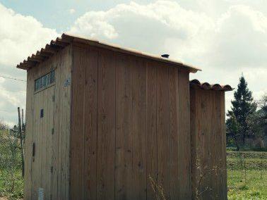 Toilettes sèches pour un site touristique naturel et protégé