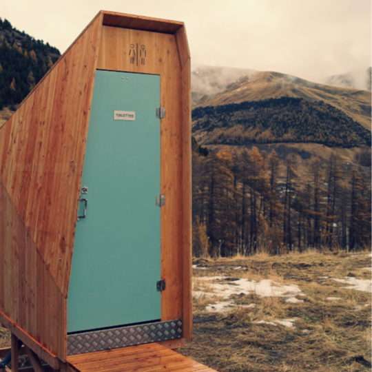 toilettes seches montagne dans une station ski à allos