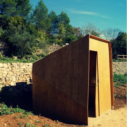 toilettes sèches publiques pmr en bois dans un parc