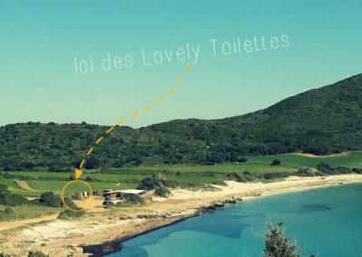 Toilettes saisonnières pour un restaurant sur une plage isolée
