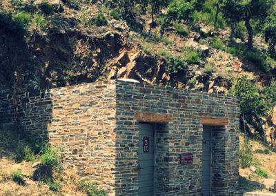 Toilettes sèches à proximité d'un monument historique