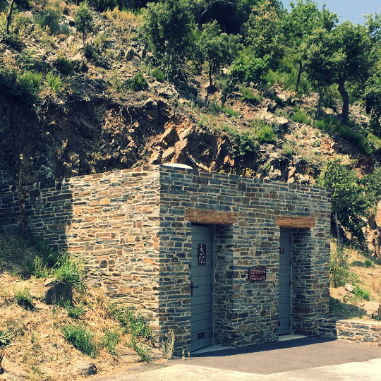 toilettes sèches en pierre