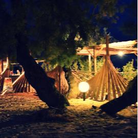 paillote de plage la nuit