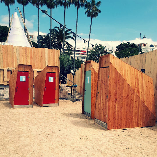 toilettes sèches sur la plage à Cannes