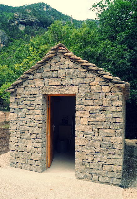 toilettes sèches publiques en pierres