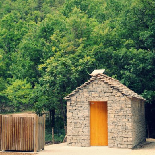 Toilettes publiques écologiques pour un site touristique très fréquenté en Lozère