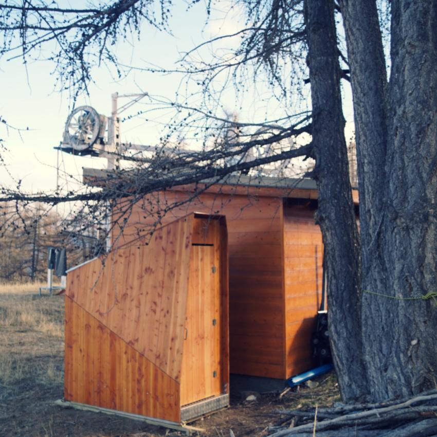 lovely toilettes sèches bois à côté d'un cabanon de montagne