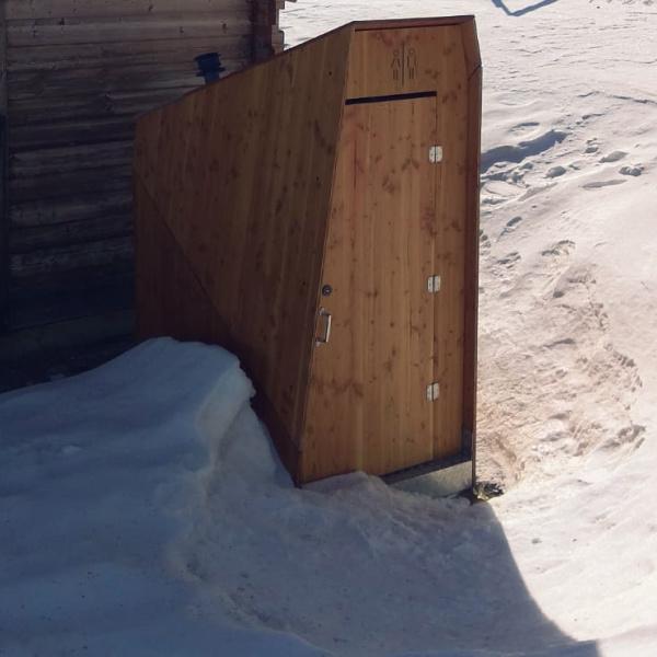 toilettes sèches dans la neige