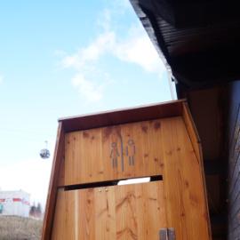 toilettes sèches dans une station de ski